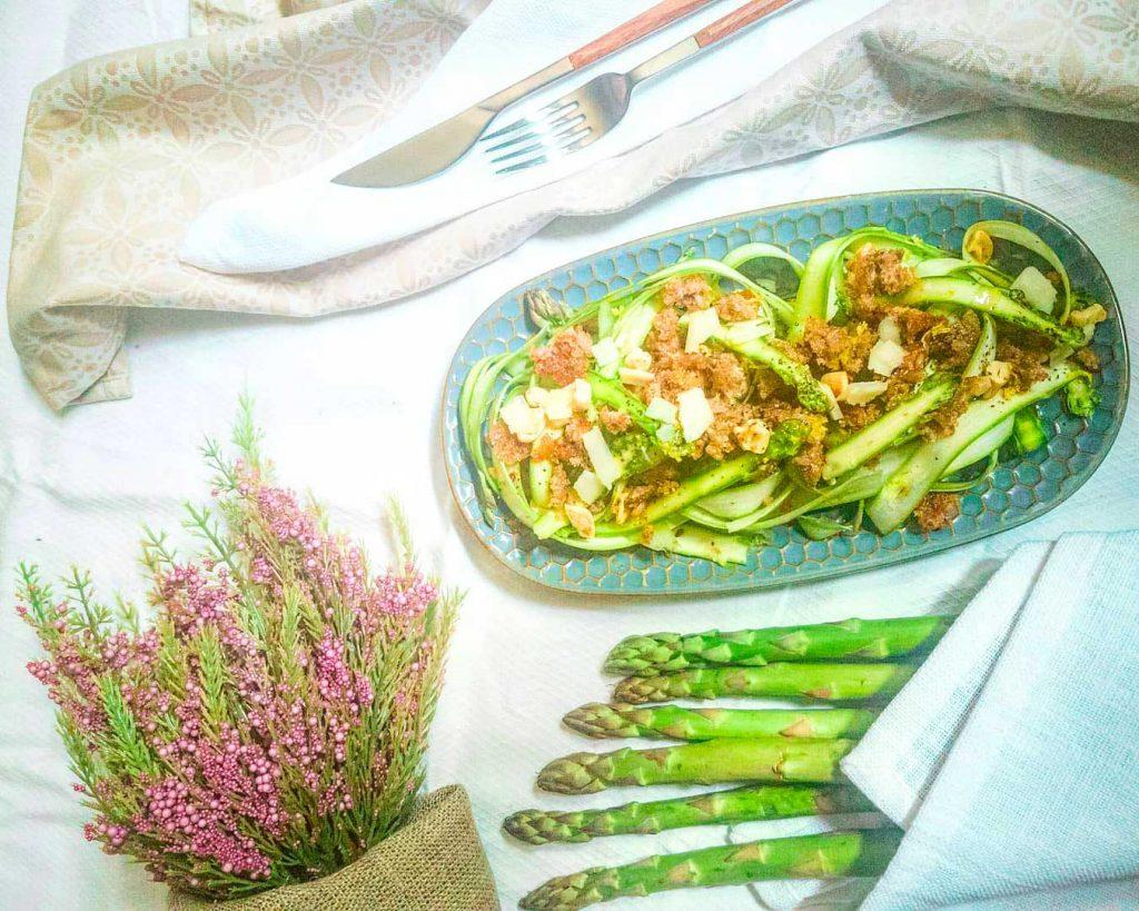 Carpaccio di asparagi, crumble di pane nero al limone
